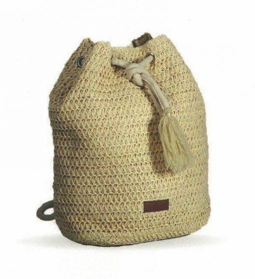 Bolso mochila de colgar en ganchillo elaborado en color crema